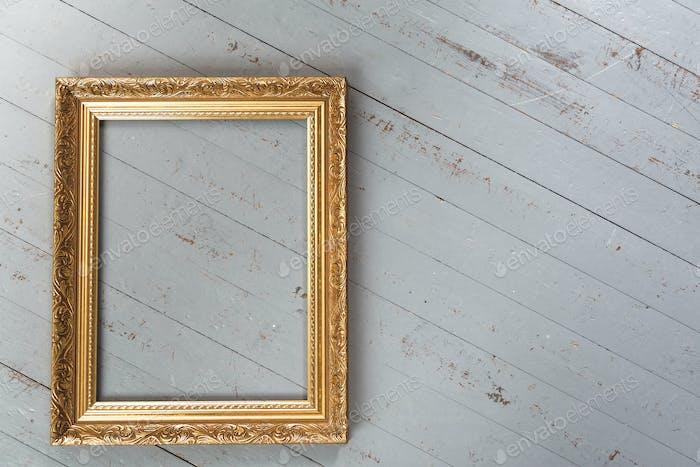 Gold-Vintage-Rahmen isoliert auf weißem Hintergrund