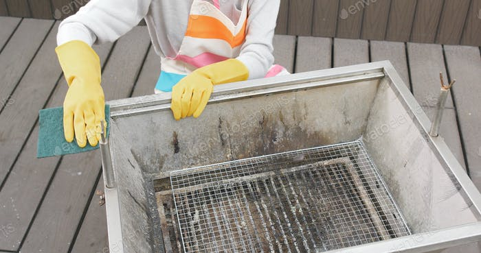 Rag clean of barbecue oven