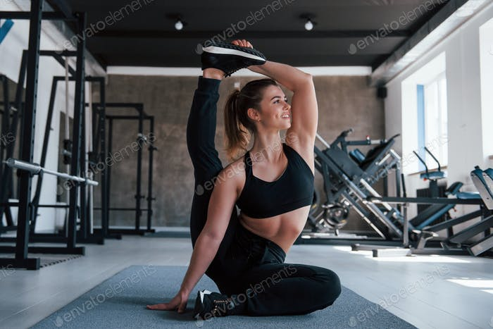 Making it looks easy. Photo of gorgeous blonde woman in the gym at her weekend time