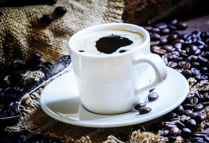 Schwarzer Kaffee in einer weißen Tasse