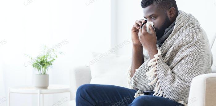 Kranke afrikanische Mann ruft ins Krankenhaus um Hilfe, Panorama