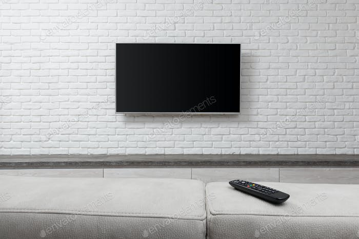Großer Fernseher an der weißen Wand