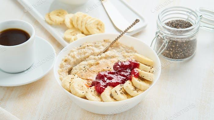 Nahaufnahme Haferbrei, gesunde vegane Ernährung Frühstück mit Erdbeermarmelade