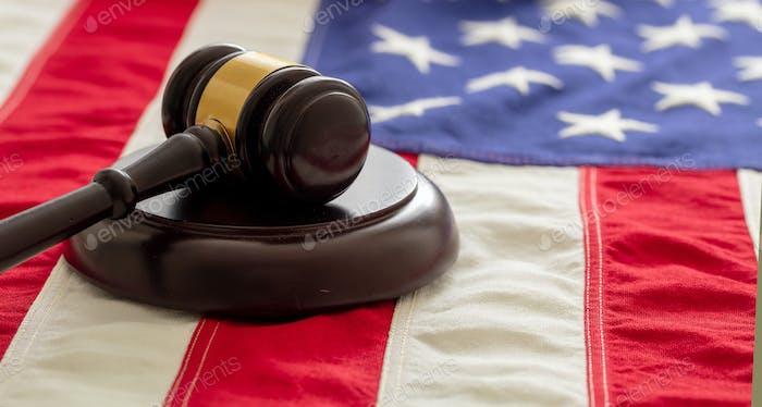 Justiz in den USA. Gesetz gavel über die Flagge der Vereinigten Staaten von Amerika.