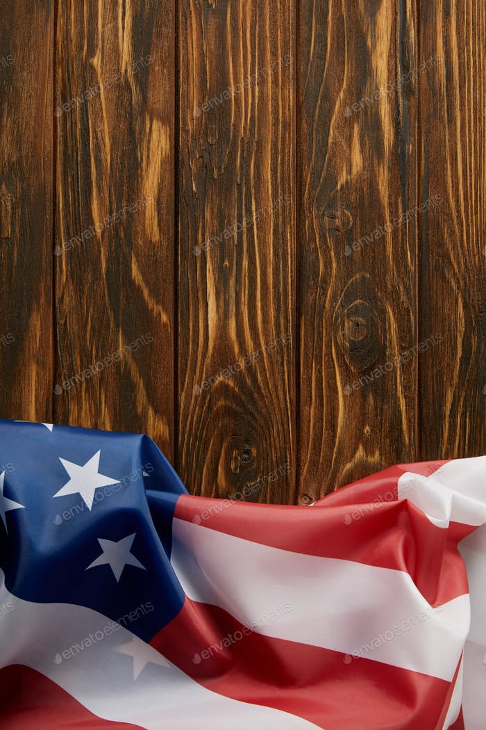 erhöhte Ansicht der Flagge der Vereinigten Staaten von Amerika auf Holzoberfläche