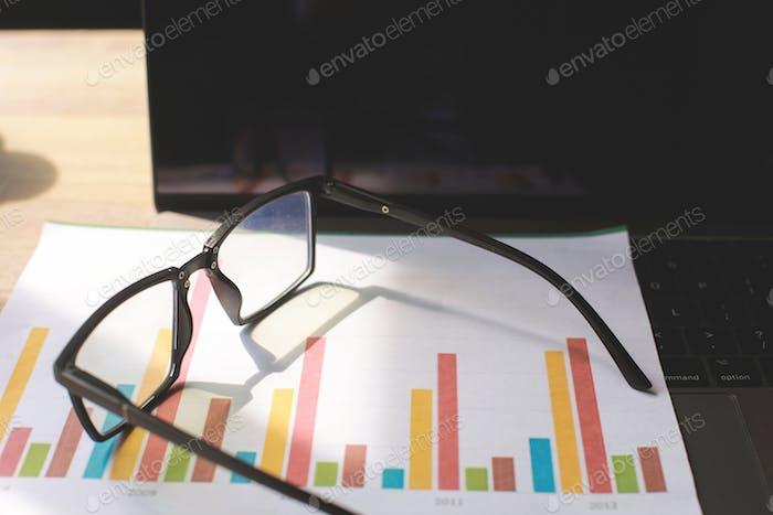 Gafas en el escritorio de la oficina