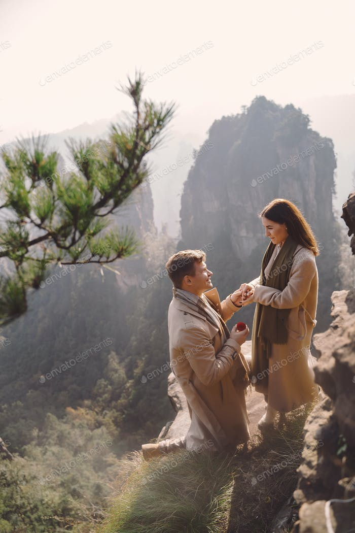 Mann schlägt Freundin im Zhangjiajie Nationalpark Waldpark vor