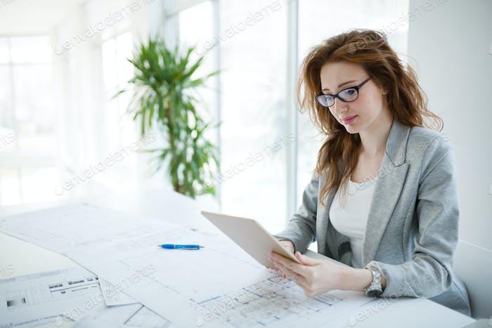 Профессиональный красивый бизнесмен холдинг планшет