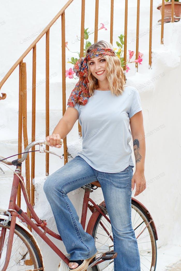 Junge Frauen mit Fahrrad bleiben in der Nähe von Treppen