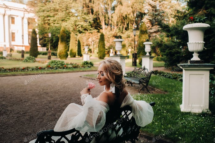 bride in the garden, bride sitting on a bench, bride gathering, morning bride, white dress, put on