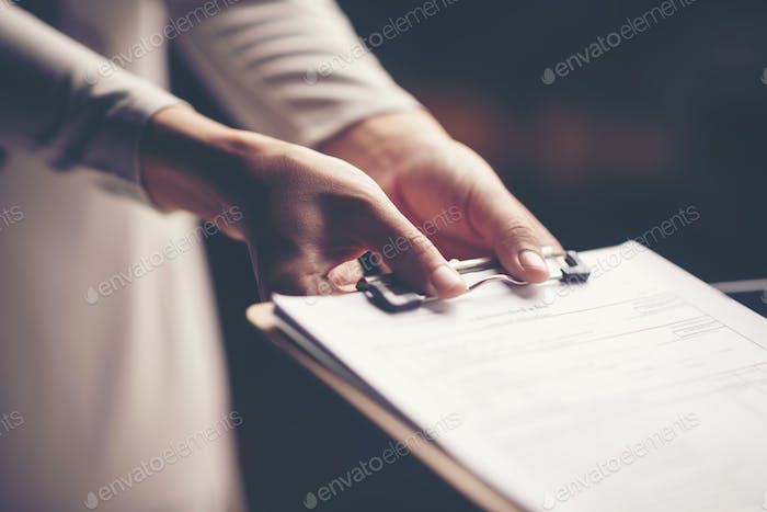 Geschäftsdokument in Hand des Geschäftsmannes