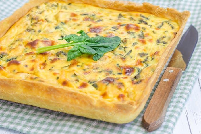 Ricotta Spinat Kuchen auf dem Holztisch, Nahaufnahme