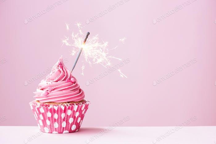 Rosa Cupcake mit Wunderkerze