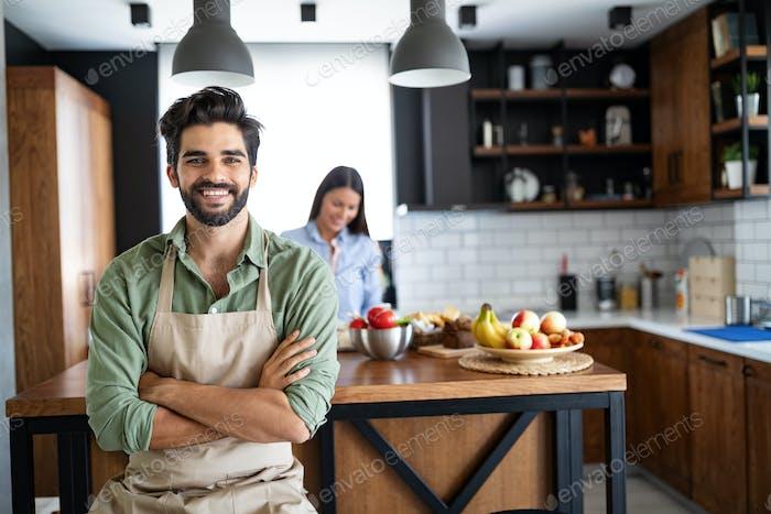 feliz jóvenes amigos amante pareja chefs en el cocina cocina cocina