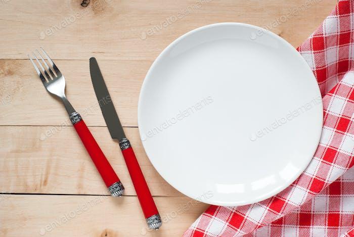 Configuración de mesa con un plato, cubiertos y servilleta