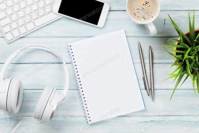 Notizblock, Kopfhörer, Telefon und PC