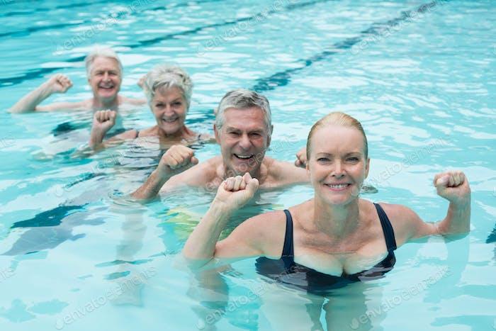 Nadadores disfrutando en piscina