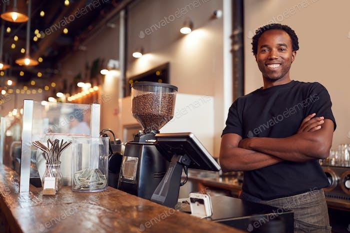 Porträt von männlichen Coffee Shop Besitzer stehend am Sales Desk