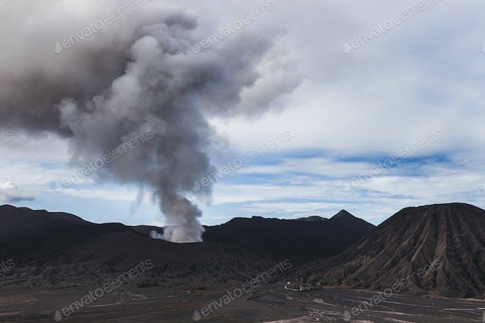 Erupción del volcán Bromo en la isla de Java en Indonesia