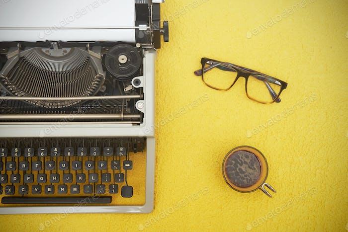 Vintage Schreibmaschine auf gelbem Hintergrund
