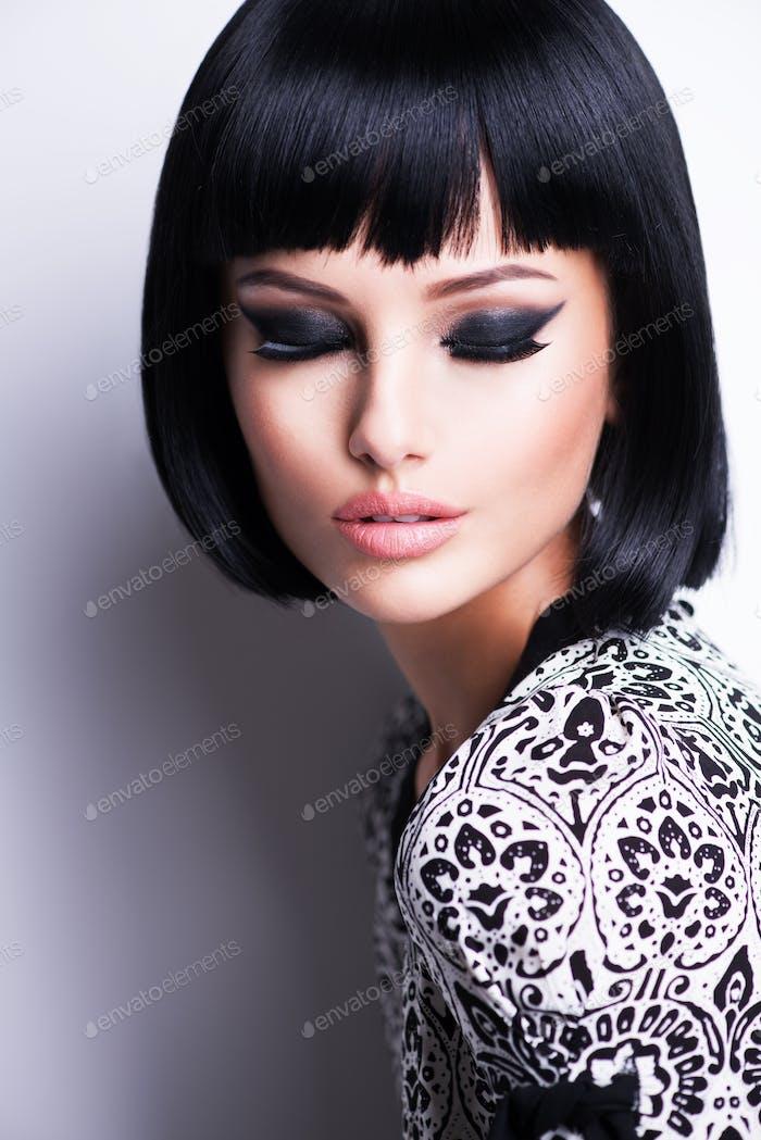 Schöne brünette Frau mit kurzer Frisur.