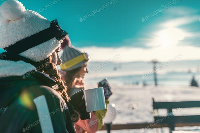 Freunde genießen den Wintertag auf dem Berg