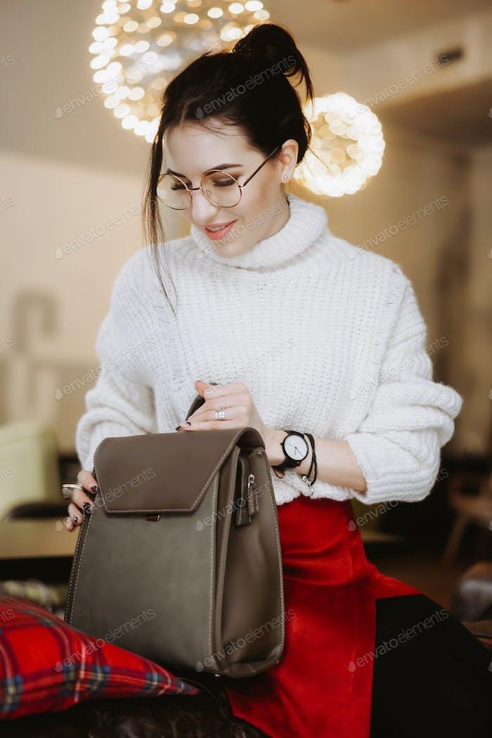 Модные женщины держать черный мешок