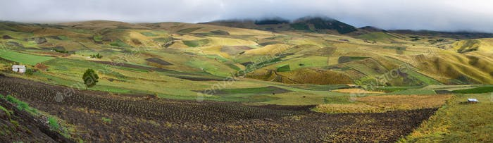 Panoramablick auf die bunten Terrassenfelder
