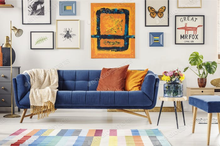 Malerei über marineblaue Couch in künstlerischen Wohnzimmer Interieur
