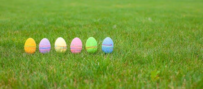Coloreados huevos de pascua en la hierba