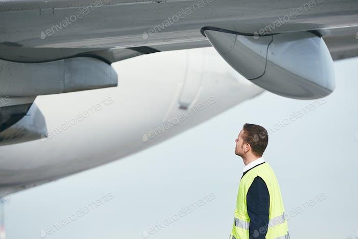 Mitglied Bodenbesatzung am Flughafen