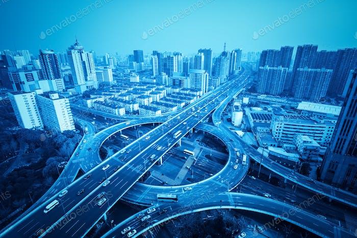 Stadtüberführung in Shanghai mit blauem Ton