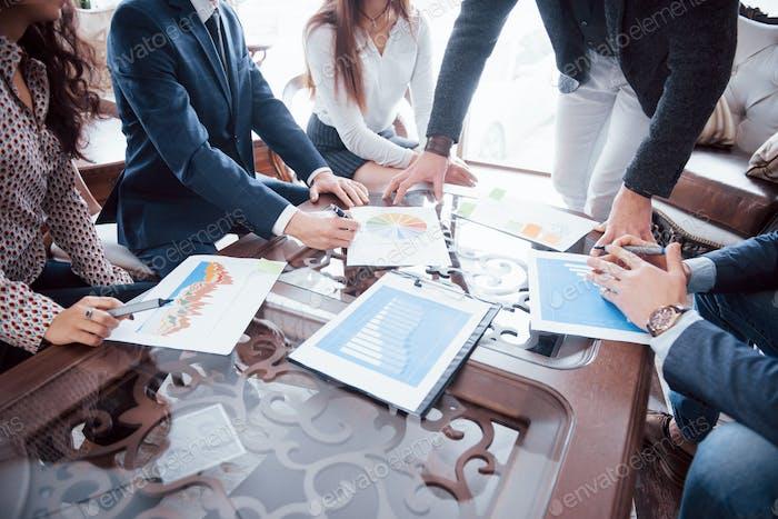 Brainstorming des Geschäftsteams. Recherchieren des Marketingplans. Papierkram auf dem Tisch