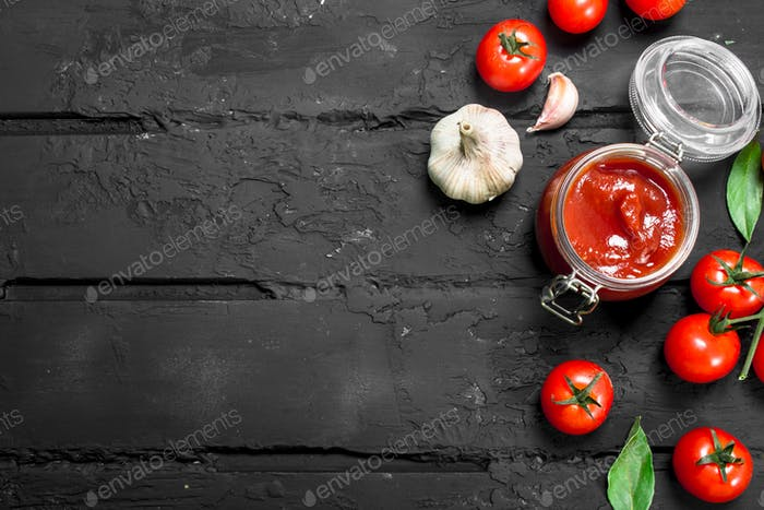 Tomato sauce in a jar of tomatoes.