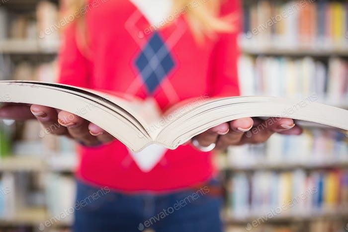 Reife Student Studium in der Bibliothek an der Universität