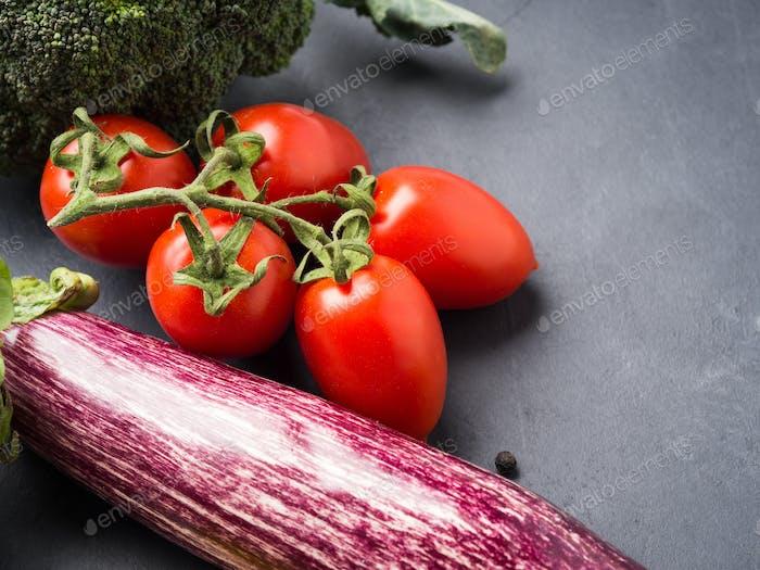 Mix aus rohem Gemüse mit Salz, Gewürzen auf dunkel