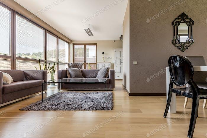 Коричневая гостиная с диванами