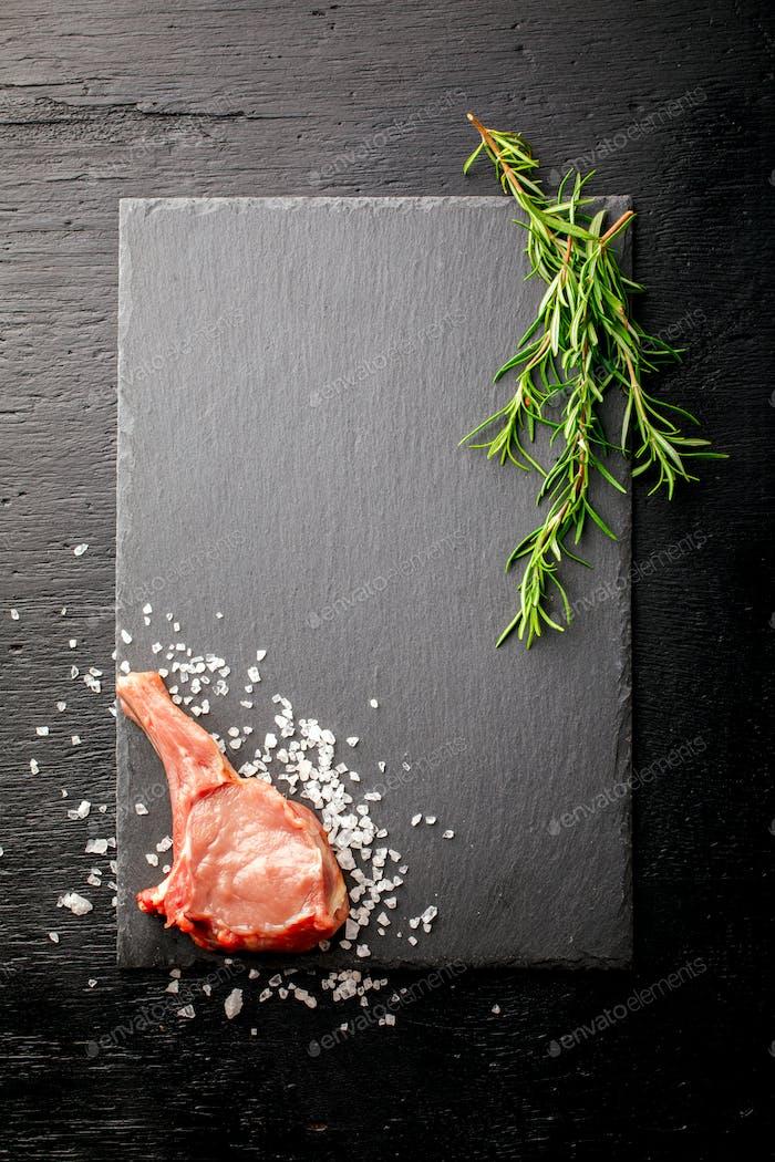 Fleisch Rohes frisches Hammelfleisch auf den Knochen