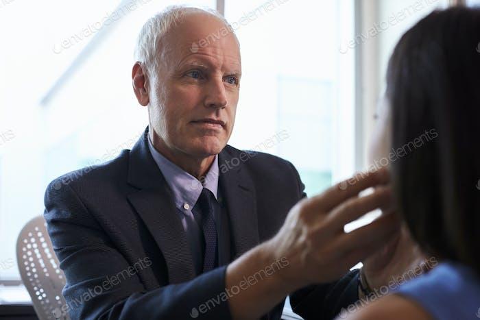 Arzt Untersuchung weiblicher Patient im Büro