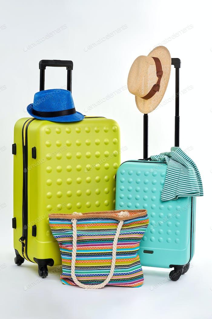 Dos maletas y dos sombreros