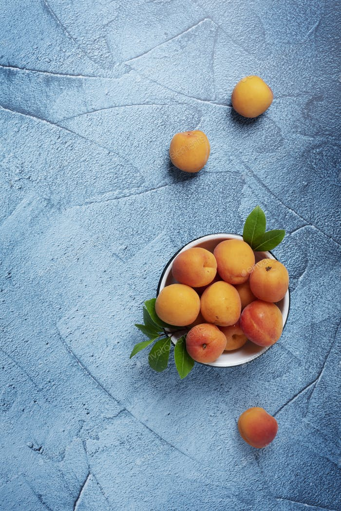 Fresh biological apricots