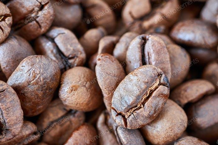 Nahaufnahme Bild von frisch gerösteten Kaffeebohnen.