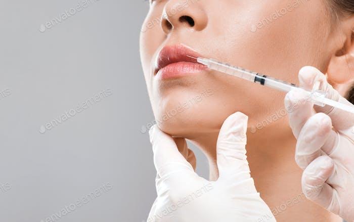 Krankenschwester machen Lippeninjektion für junge Frau