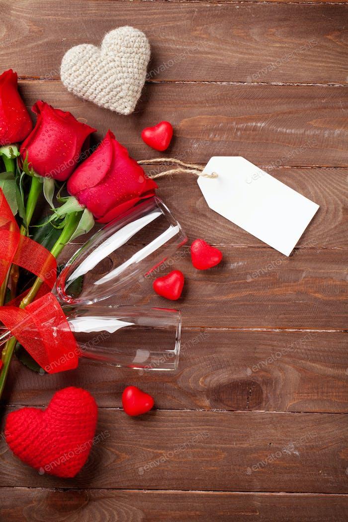 Valentinstag Rosenstrauß und Champagnergläser