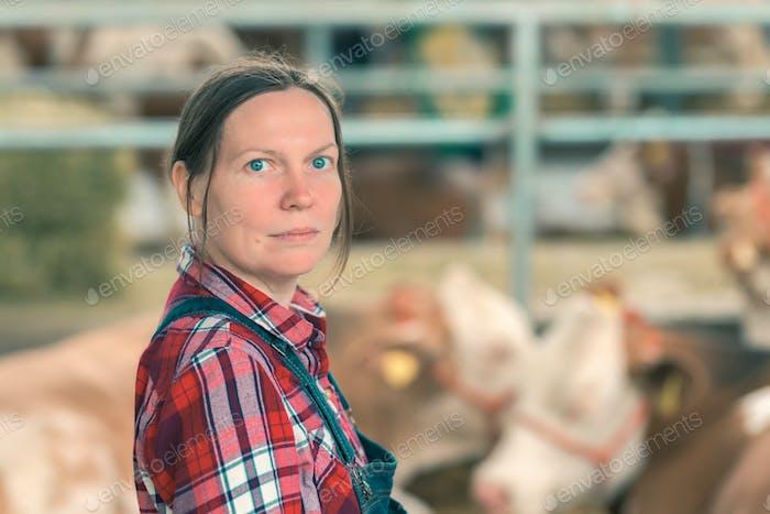 Weibliche Landwirtin auf Kuhmilchfarm