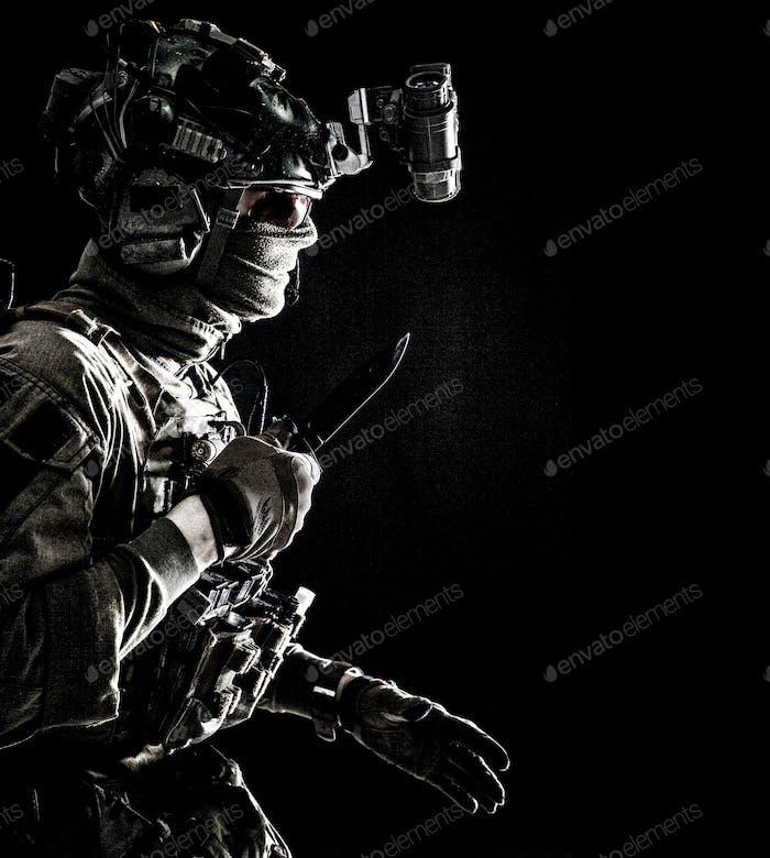 Elite Kommandosoldat schleichend mit Messer in der Hand