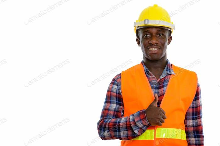 Studio Schuss von jungen glücklichen schwarzen afrikanischen Mann Bauarbeiter