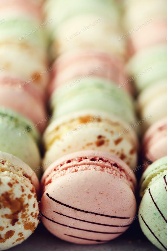 Bunte französische Makronen flach lag. Pastellfarben rosa, grün, gelbe Macarons mit Kopierraum, oben