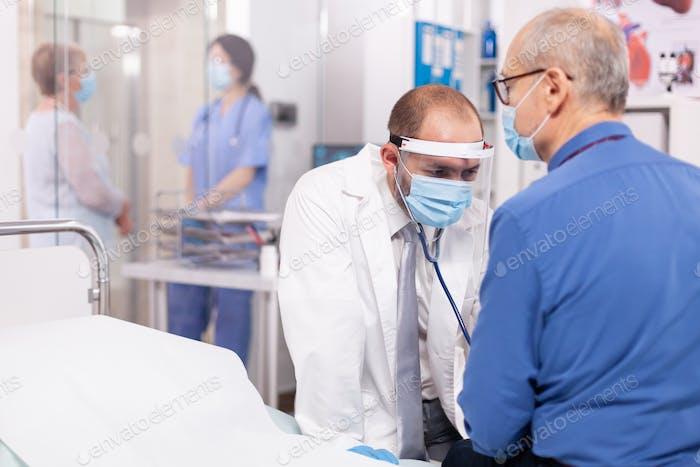 Kardiologe im Krankenhaus überprüft Herzkrankheit eines älteren Mannes