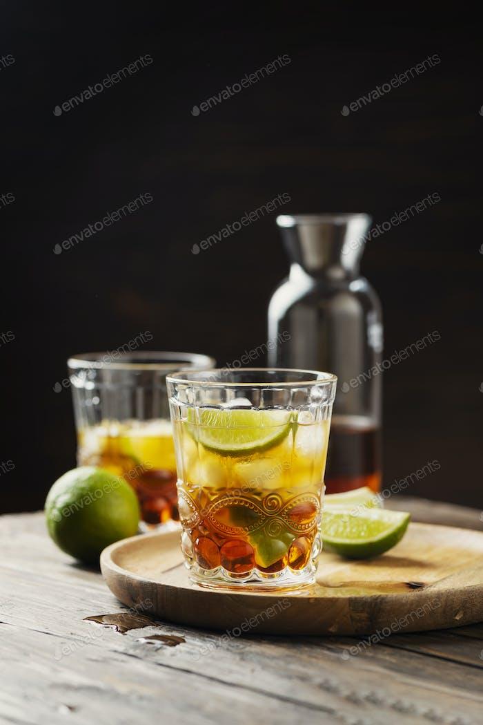 Starker goldener Rum mit Limette und Eis